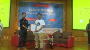 Presiden Internet Club memberika penghargaan kepada pembicara mas Noviaji Wibisono