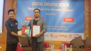 Ketua acara memberikan penghargaan kepada pembicara mas Wijaya